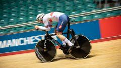 L'atleta inglese Ed Clancy in pista sulla bicicletta di Lotus e Hope