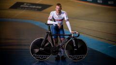 L'atleta inglese Ed Clancy sulla bicicletta di Lotus e Hope