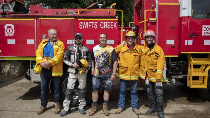 Laverty (il secondo da sinistra) e Sykes (il primo da destra) con alcuni pompieri della cittadina di Swifts Creek