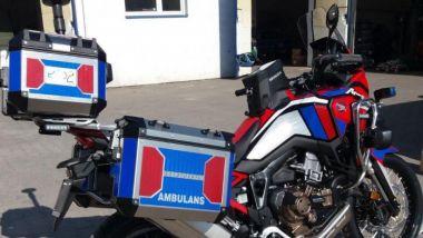 Le borse posteriori della Honda Africa Twin 1100 diventata moto ambulanza in Polonia