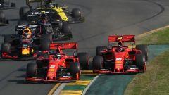 Le due Ferrari quasi a contatto al via del Gp Australia 2019