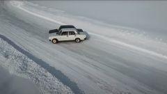 Le due Lada saldate assieme che si intraversano sulla neve