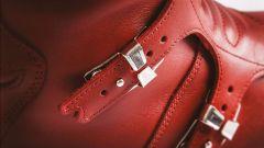 Le fibbie metalliche degli stivali Stylmartin Continental Red Edition