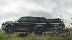 Le Land Rover Defender impegnate nello spot per il nuovo 007