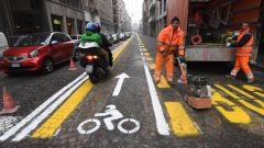 Le moto nelle preferenziali sono ammesse ancora in poche città