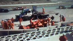 Le operazioni di recupero della monoposto di Vettel
