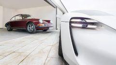 Le Porsche più importanti della storia: una 911 accanto alla concept Mission E, da cui la Taycan