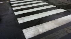 Le strisce pedonali rappresentano un'insidia per i motociclisti, ma fortunatamente sempre più comuni utilizzano delle vernici an