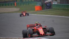 Leclerc in azione in Cina, sullo sfondo il compagno Vettel