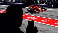 Leclerc nella pit-lane del Circuit de Catalunya