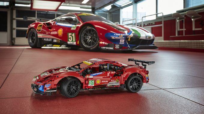 LEGO Technic Ferrari 488 GTE accanto all'originale