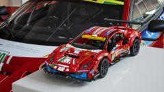 LEGO Technic Ferrari 488 GTE affiancato all'originale