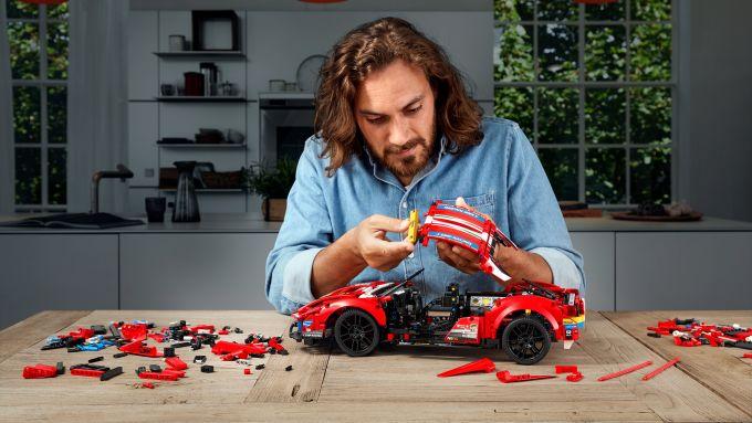 LEGO Technic Ferrari 488 GTE: una fase della costruzione