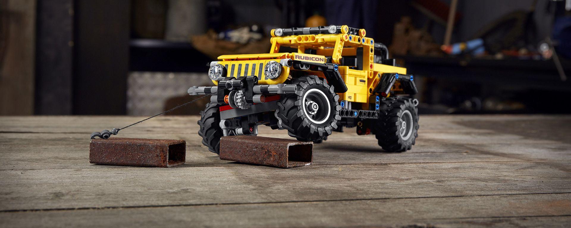 Lego Technic Jeep Wrangler Rubicon, si noti l'escursione delle sospensioni