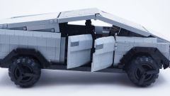 LEGO Tesla Cybertruck: con le portiere aperte