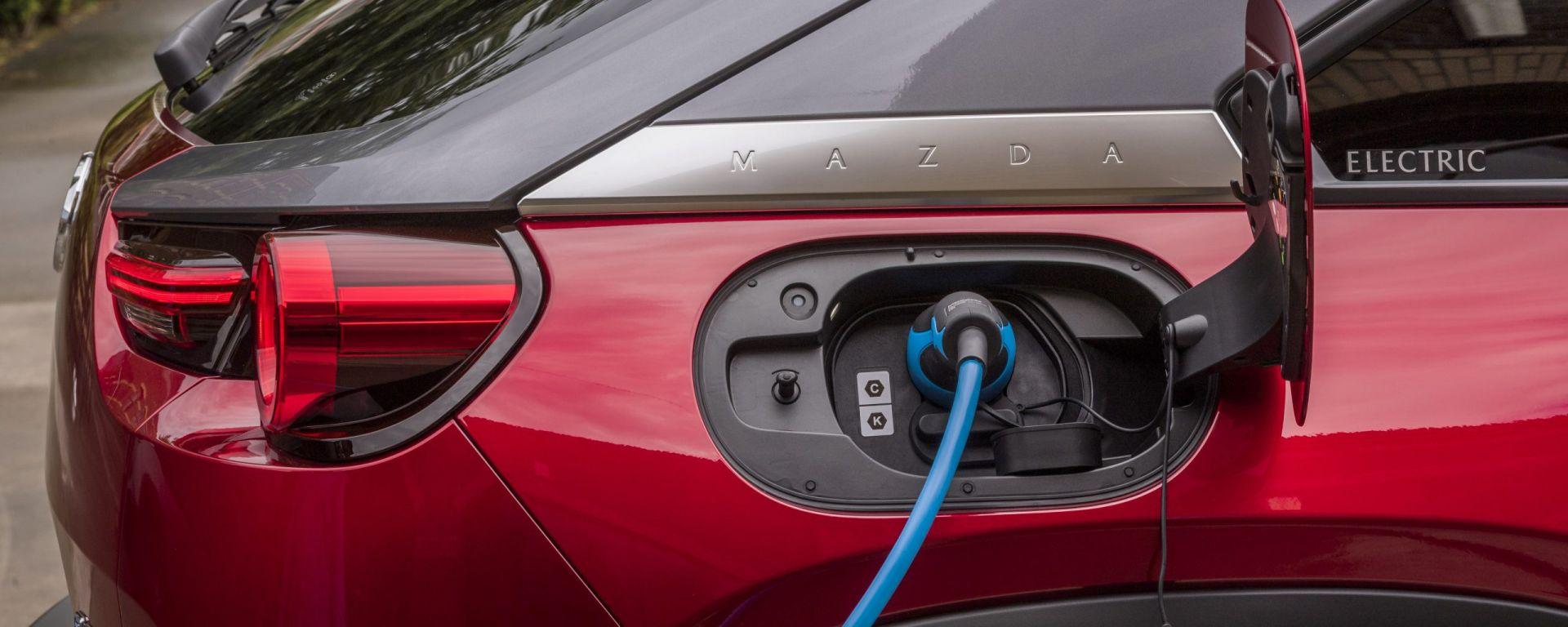 L'elettrica Mazda MX-30 in carica