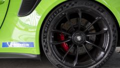 L'enorme gomma 325/30 R21 Michelin Pilot Sport Cup2 R della GT3 RS