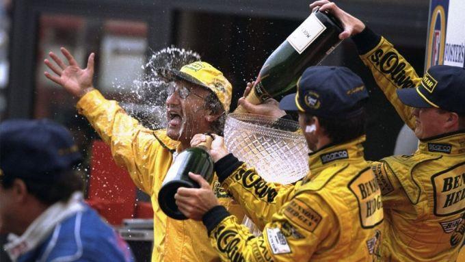 L'esultanza di Eddie Jordan sul podio del Gp Belgio 1998