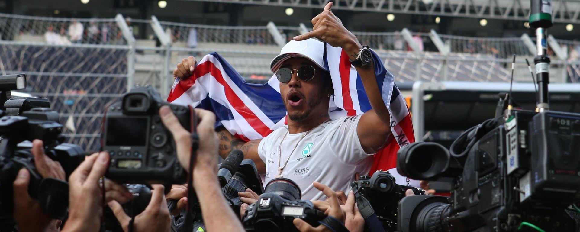 Lewis Hamilton è il pilota raccontato nel primo libro di Mara Sangiorgio,