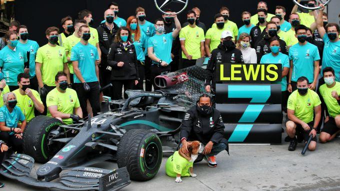 Lewis Hamilton festeggia il settimo titolo iridato con la Mercedes
