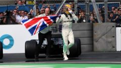Lewis Hamilton festeggia la quarta corona d'alloro iridata