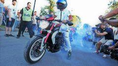 Lewis Hamilton in sella a MV Agusta Brutale 800 RR Dragster