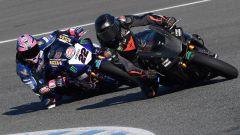 Lewis Hamilton in sella alla Yamaha R1 del team Pata Superbike, seguito da Alex Lowes