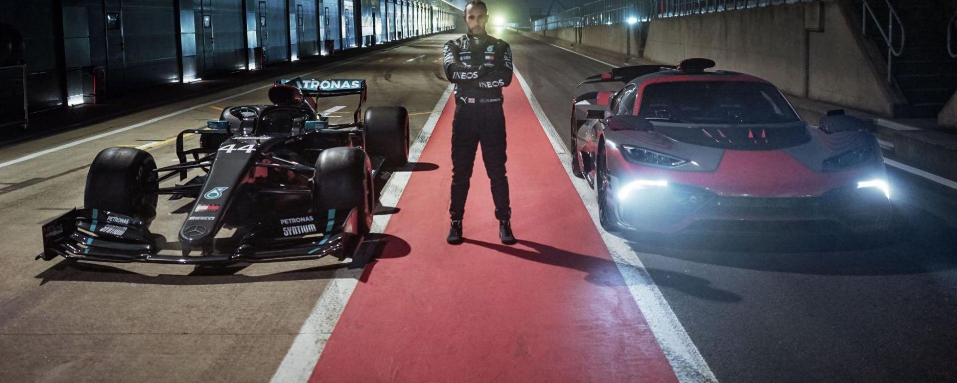 Lewis Hamilton insieme a Mercedes-AMG Project One e alla monoposto di F1 2020