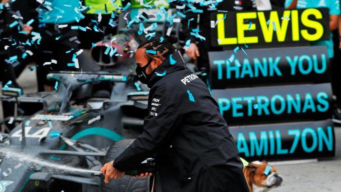 Lewis Hamilton (Mercedes AMG Petronas F1 Team) festeggia la vittoria del settimo titolo iridato