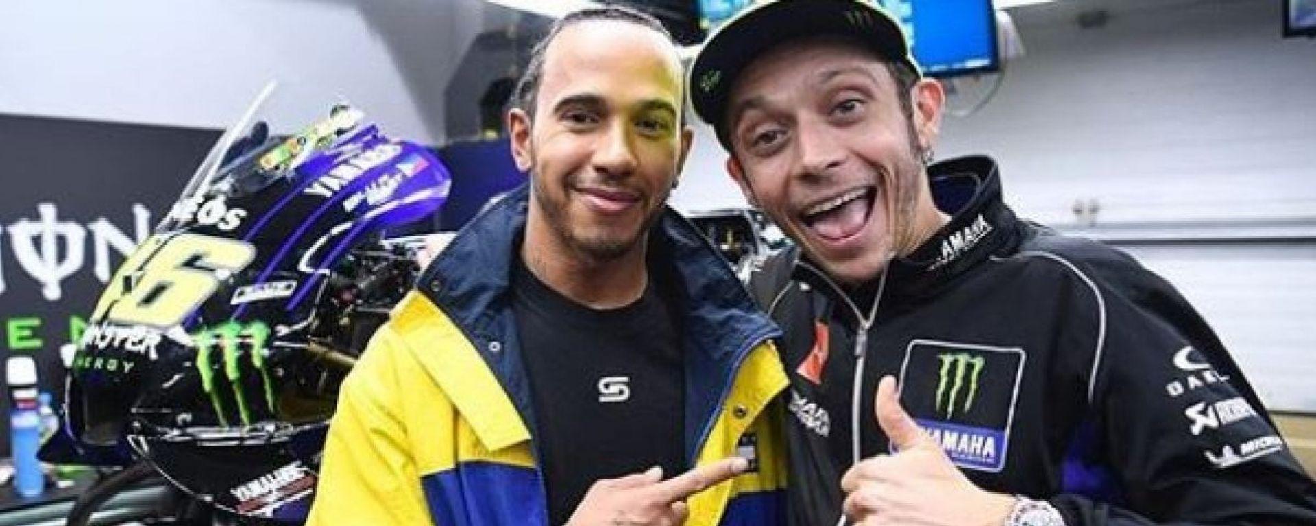 Lewis Hamilton (Mercedes) e Valentino Rossi (Yamaha)