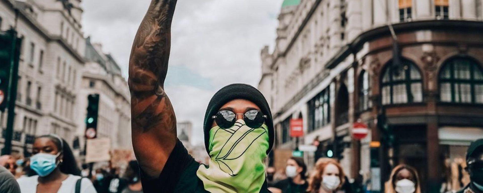 Lewis Hamilton nella manifestazione di Hyde Park, Londra | Foto Instagram @LewisHamilton