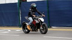 Lewis Hamilton prova il tracciato di Silverstone con la MV Agusta Dragster
