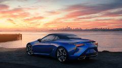 Lexus LC 500 Convertible 2021 con la capote chiusa