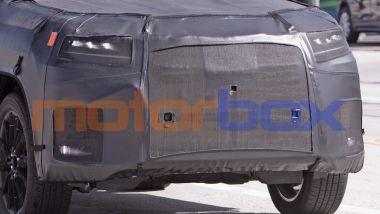 Lexus LX 600: un dettaglio della zona anteriore con la sagoma della calandra e gli affilati fari a LED