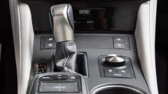 Lexus RC 300h F Sport 2016: dettaglio leva cambio e comandi infotainment
