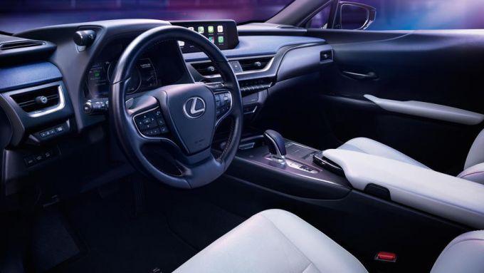 Lexus UX 300e: gli interni