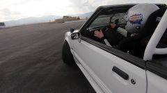 Lia Block al volante della sua Mustang - un fotogramma del video