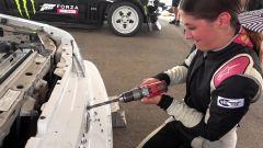Lia Block fora il frontale della sua Mustang per agevolare il raffreddamento del motore - un fotogramma del video