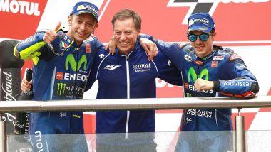 Lin Jarvis tra Rossi e Vinales sul podio in Argentina