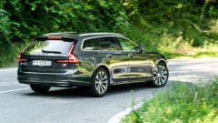Linee eleganti e fianchi larghi per la Volvo V90 T6 Recharge Plug-in Hybrid AWD Inscription