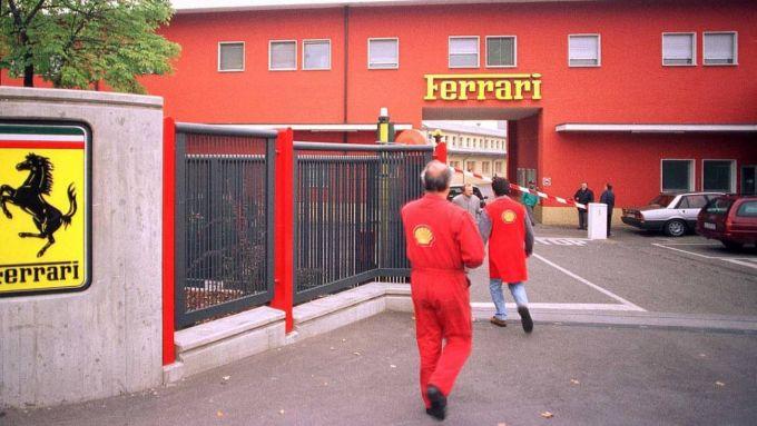 L'ingresso della fabbrica Ferrari, chiusa per due settimane