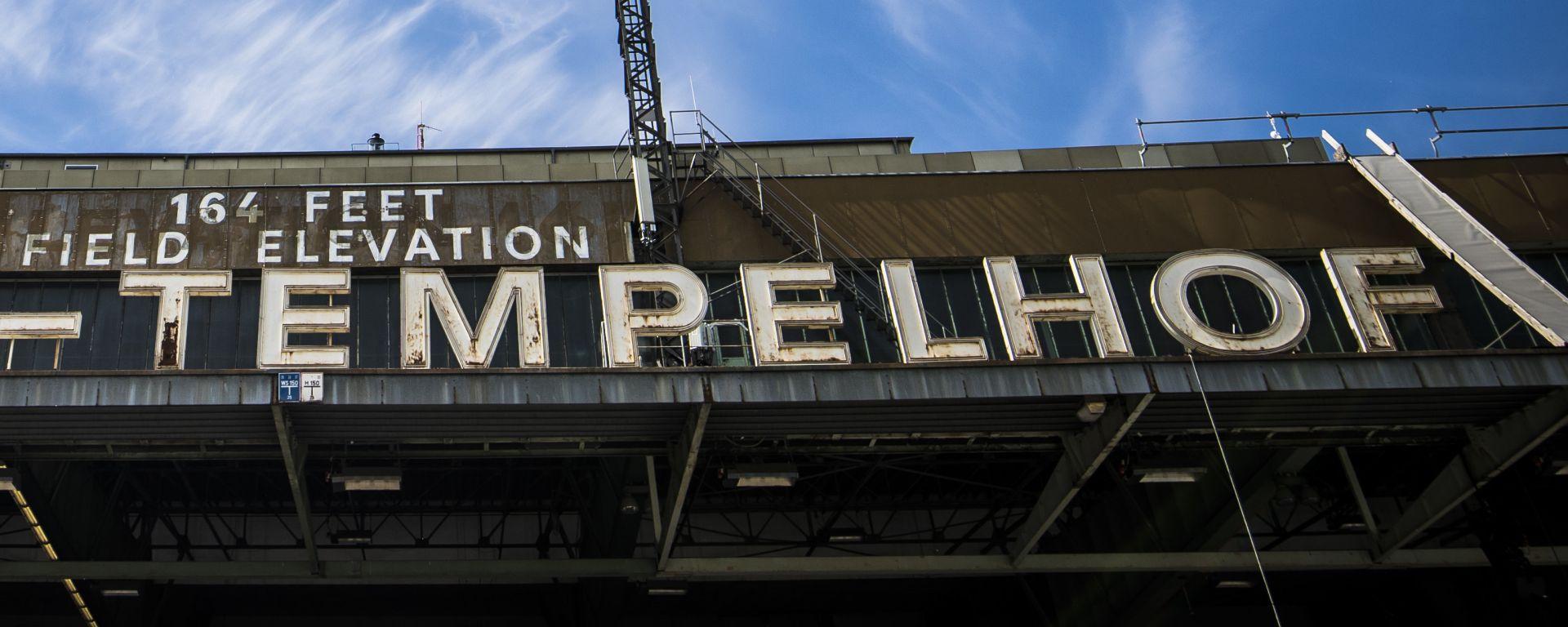 L'insegna di Tempelhof, il vecchio aeroporto di Berlino