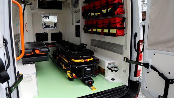 L'interno dell'ambulanza Nissan NV400