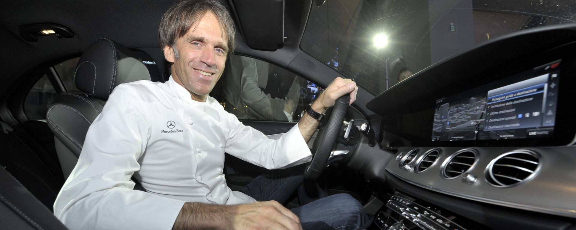Lo chef Stefano Oldani al volante della nuova Mercedes Classe E