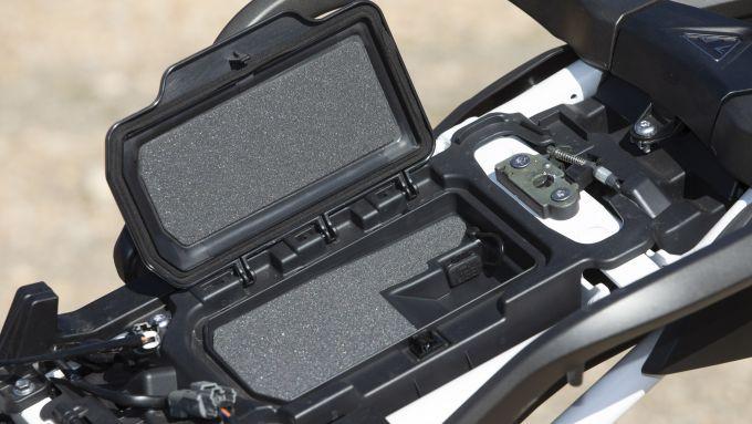 Lo scompartimento per smartphone della Triumph Tiger 900