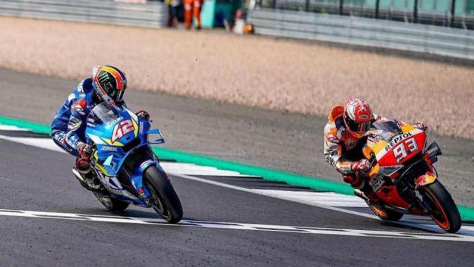 Lo spettacolare arrivo al fotofinish della MotoGP a Silverstone nel 2019 tra Alex Rins (Suzuki) e Marc Marquez (Honda)