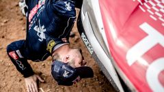 Loeb controlla il problema dell'ammortizzatore sulla Peugeot 3008 DKR