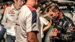 Loeb perplesso guarda la sua mano infortunata - Silk Way Rally 2017