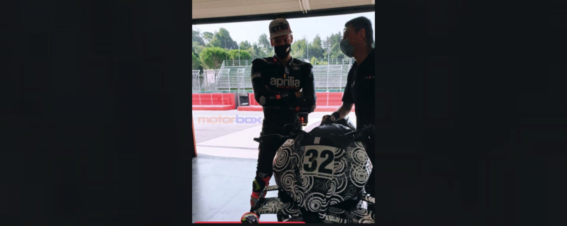 Lorenzo Savadori con la nuova Aprilia Tuono V4 con ali aerodinamiche