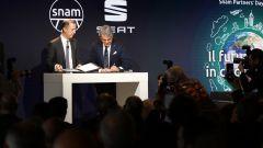Luca De Meo e Marco Alverà, amministratore delegato di Snam, siglano l'accordo